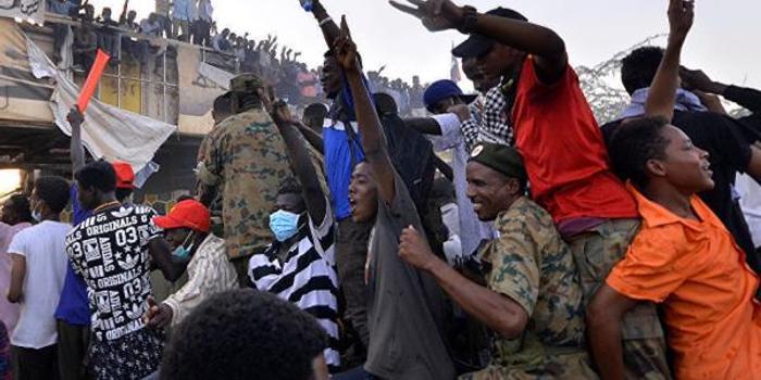 俄媒記者在蘇丹采訪時遭軍警毆打 手機被奪走損毀