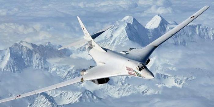 云南體彩_俄軍兩架圖160在遠東演習 距美國本土僅20分鐘航程