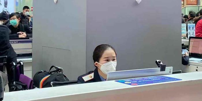 胡錫進:列車員和空乘戴口罩 絲毫不影響城市形象