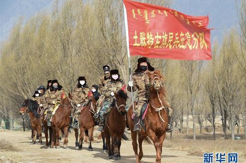 村庄中的马背巡逻队