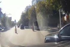 明明是红灯,这辆哈弗H5完全无视,结果3秒后奥迪轿车让他绝望了