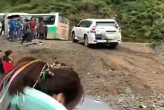 丰田霸道成功爬坡,起亚狮跑紧跟其后,结果打脸了!