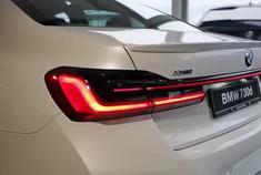 2021款宝马7系到店,拿到钥匙亮起贯穿式尾灯,还想啥奔驰S级