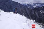 女大学生雪中坐2小时 3800米高山上找信号上网课