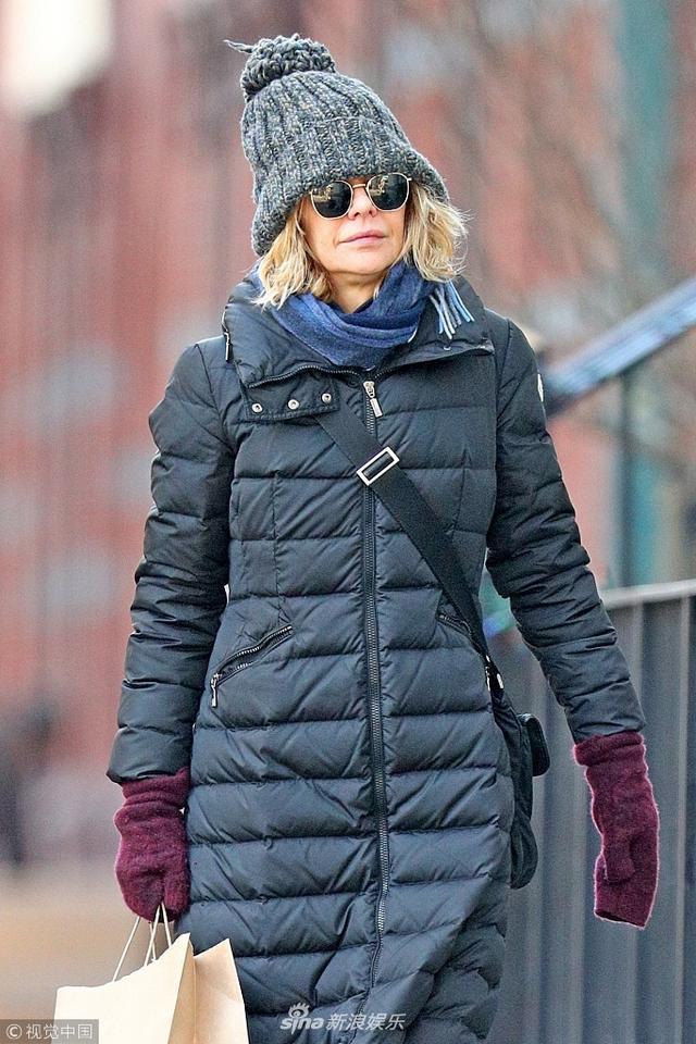 """新浪娱乐讯 当地时间2018年1月10日,美国纽约,美国老牌""""甜心""""梅格·瑞恩(Meg Ryan)现身街头。梅格·瑞恩嘴角下坠,法令纹深重,身穿黑色羽绒服,打扮低调似路人甲。(图文:视觉中国)"""