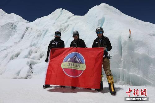 中国一支平易近间女子登山队成功登顶珠峰