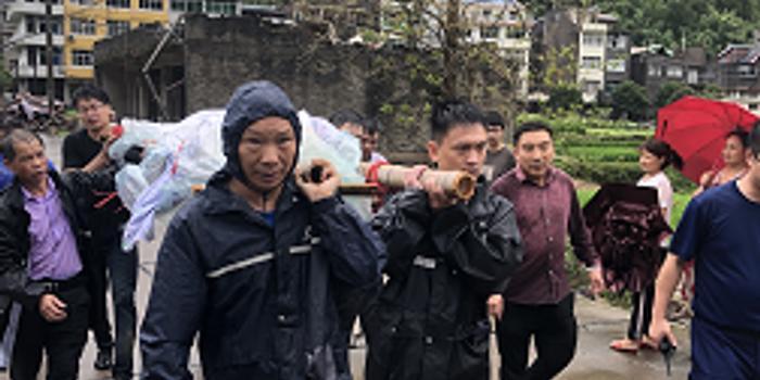 優德88_永嘉孕婦待產 救援人員冒雨過塌方扛擔架6小時