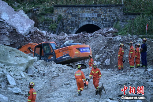 四川甘洛埃岱村山体垮塌确认17人失联