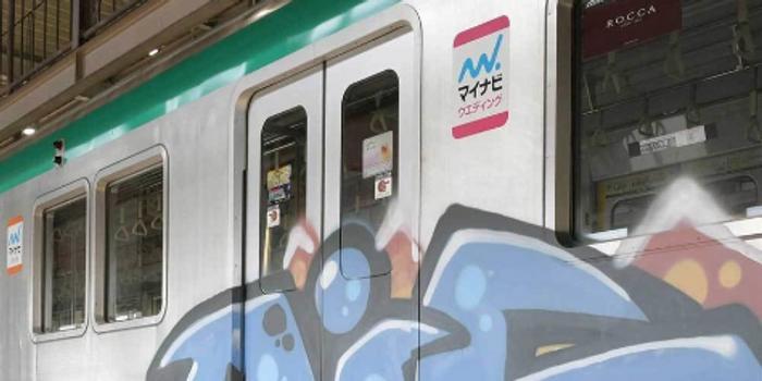神秘人地鐵車廂玩涂鴉 日本京都數千人出行受阻