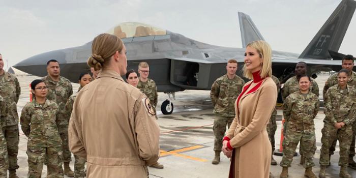 伊万卡现身卡塔尔美军基地 与女兵在F22前合影(图)