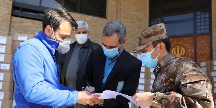 中国军队向伊朗武装力量紧急援助抗疫医疗物资