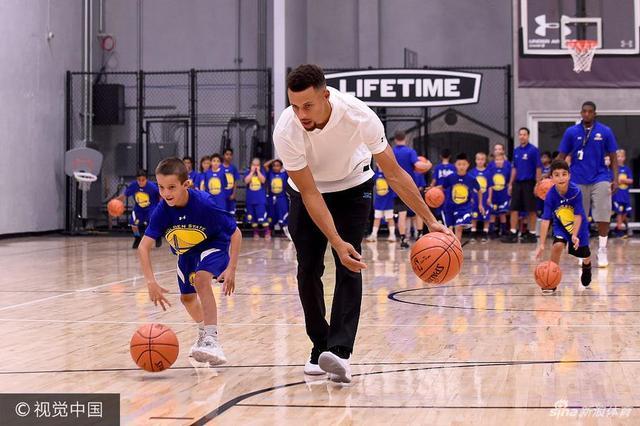 """NBA球星斯蒂芬-库里因其""""长不大""""的外表被球迷们称为""""小学生"""",本次带着勇士队友参加活动,这位小学生终于得到了与同龄人玩耍的机会。"""