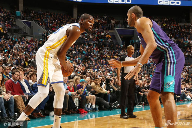 北京时间12月7日,NBA常规赛,勇士主场101-87战胜黄蜂,杜兰特拿下35分11板11助的三双数据。