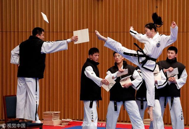 2月12日,韩国,2018世界跆拳道与国际跆拳道联合会上,朝韩跆拳道选手同台表演,交流学习取长补短。
