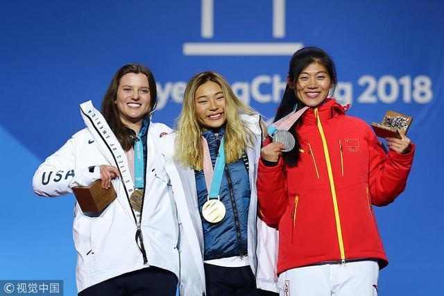 2018年2月13日,韩国,2018平昌冬奥会单板滑雪女子U型场地颁奖仪式,刘佳宇兴奋登上领奖台。