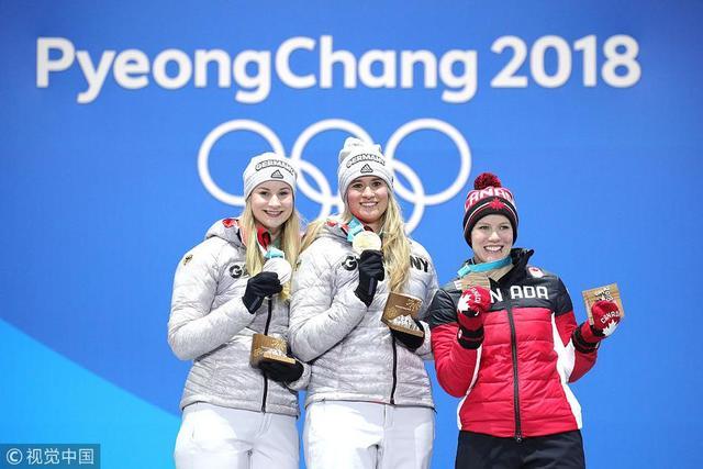 2018年2月14日,韩国,2018平昌冬奥会无舵雪橇女子个人赛,颁奖仪式举行。德国选手盖森贝格获得金牌,另一名德国选手埃特博格获得银牌,加拿大选手高芙获得铜牌。