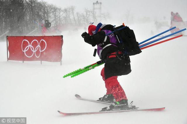 2018年2月14日,韩国,2018平昌冬奥会高山滑雪女子回转,比赛因恶劣天气延期。中国选手孔凡影的首秀再次延期。