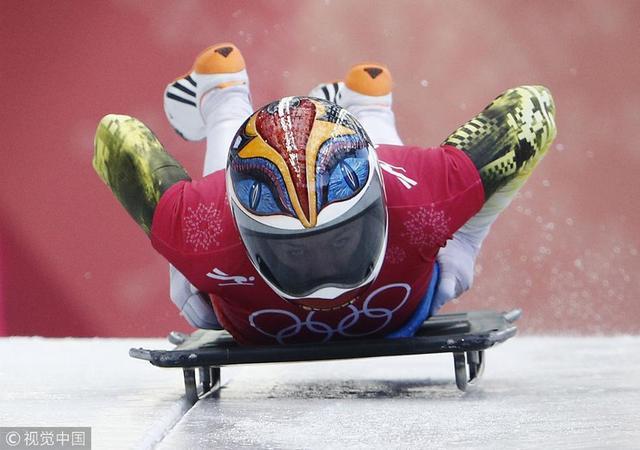 2018年2月13日,韩国,2018平昌冬奥会2月13日俯式冰撬开赛。参赛选手的头盔成为亮点。