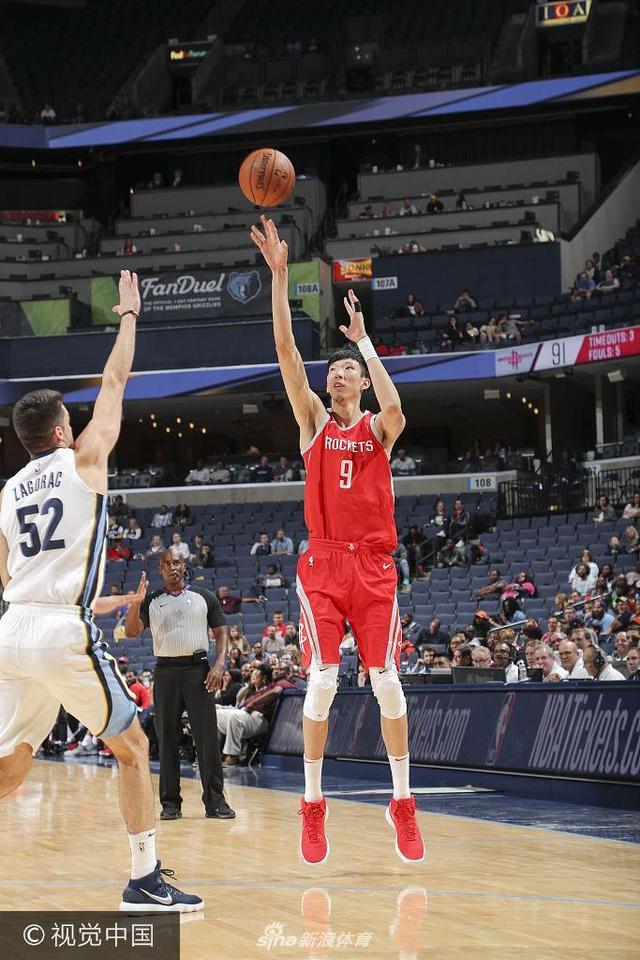 北京时间10月12日,火箭在客场以101-89击败了灰熊。火箭季前赛4战全胜。詹姆斯-哈登13投仅2中,三分球8投全失,但罚球15中14,最后拿下了18分、9次助攻和5个篮板。特雷沃-阿里扎16分8个篮板,克林特-卡佩拉15分8个篮板,克里斯-保罗12投3中,得9分6次助攻。周琦在最后4分钟出场,没有得分,抢下1个篮板。
