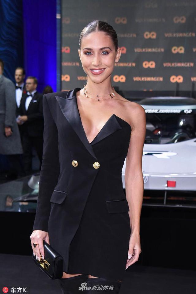 当地时间2018年11月8日,德国柏林,格策娇妻凯瑟琳亮相GQ年度时尚男士颁奖礼。