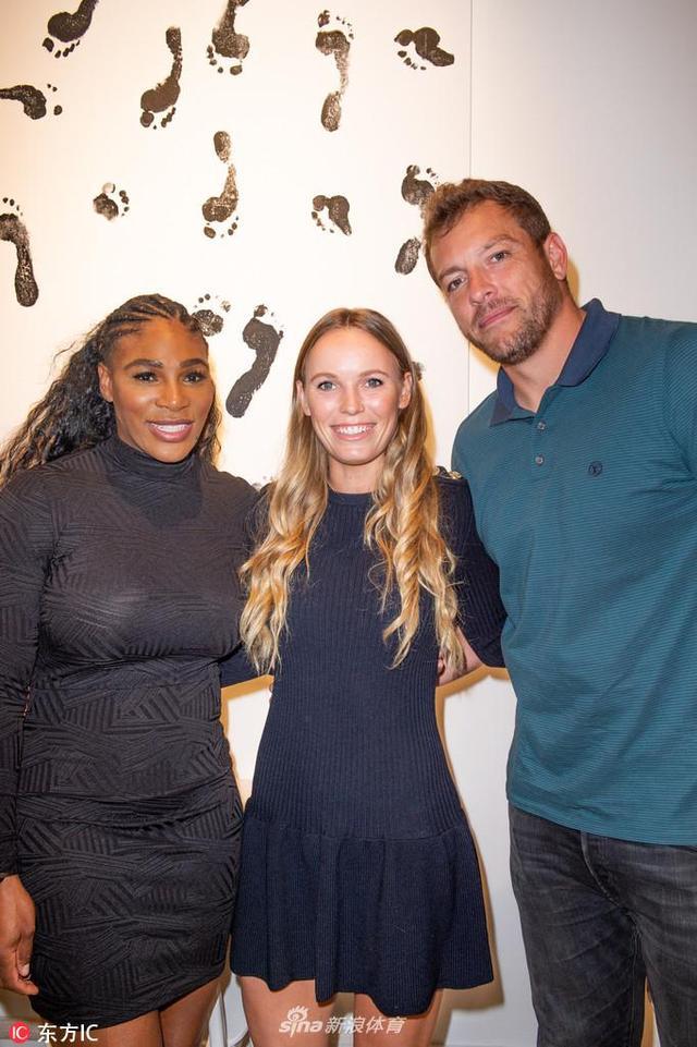 当地时间2018年12月5日,美国迈阿密,小威迈阿密服装店开张,好友沃兹尼亚奇与未婚夫大卫-李前来助阵。