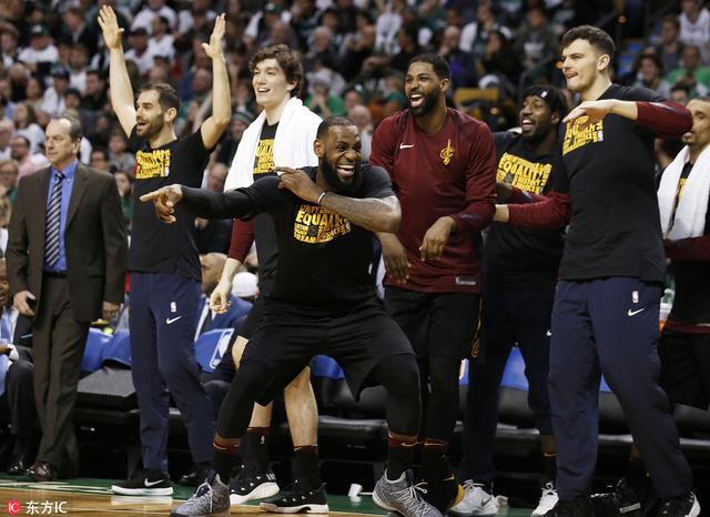 北京时间2月12日,NBA常规赛,大换血后的骑士客场121-99大胜凯尔特人,詹姆斯三节打卡拿下24分8板10助攻。