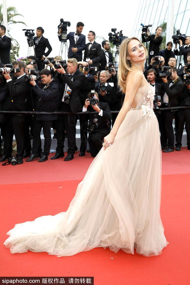 当地时间2018年5月16日,法国戛纳,第71届戛纳电影节,金伯利·加纳 (Kimberley Garner)穿露背礼服裙性感亮相。