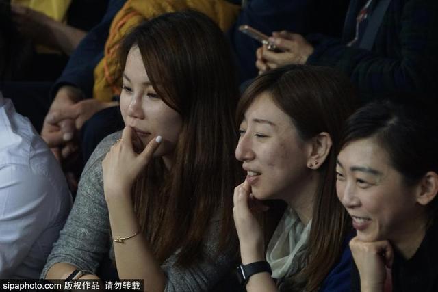 2018年3月13日,上海,2017-2018赛季中国女排超级联赛决赛:上海1:3负天津,美女观众嘟嘴卖萌观战。