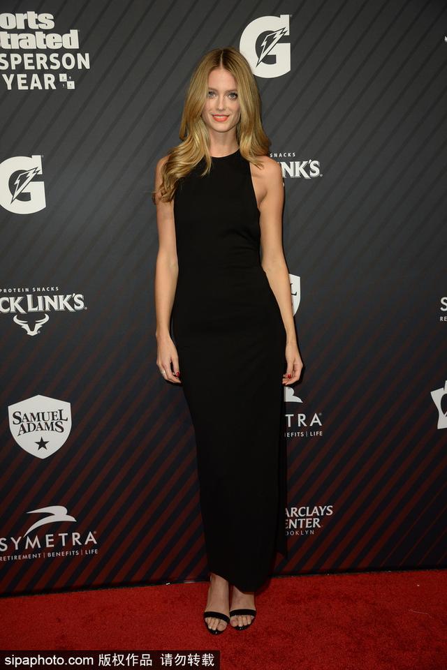 当地时间2017年12月5日,美国纽约,2017年《体育画报》年度人物颁奖礼红毯。凯文·乐福女友、加拿大气质超模凯特·博克(Kate Bock)黑裙性感亮相,大秀美腿吸睛。