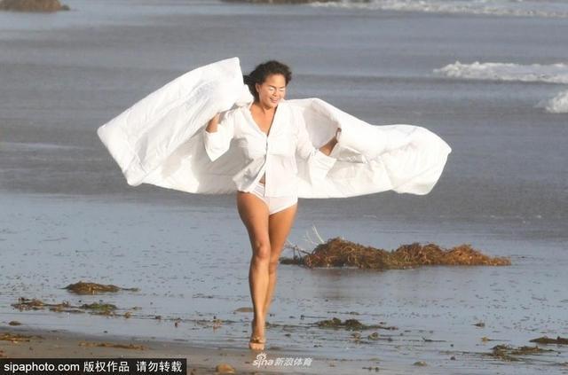 当地时间2018年10月10日,美国马里布海滩,《体育画报》模特、约翰·传奇妻子克莉茜·泰根(Chrissy Teigen)拍泳装写真,随风奔跑活力十足。
