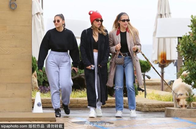 2018年12月7日消息,美国洛杉矶,星二代超模索菲亚·里奇(Sofia Richie)与朋友们出街用餐。