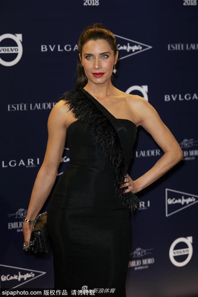 当地时间2018年10月9日,西班牙马德里,拉莫斯女友皮拉尔·卢比奥(Pilar Rubio)现身参加晚宴。