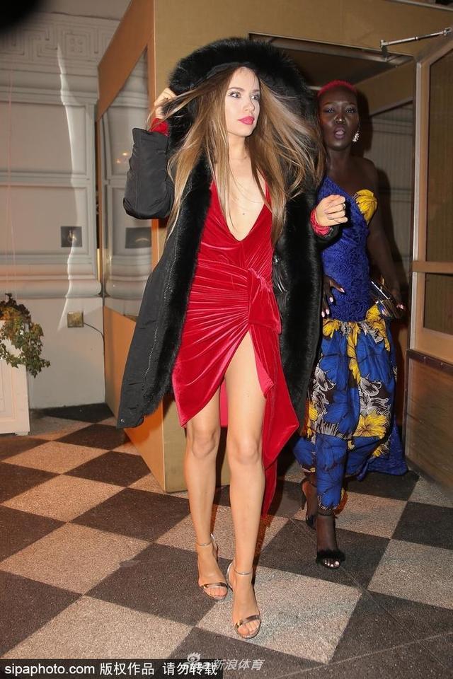 2018年12月7日消息,美国,瑞士名模森雅·特霍米契(Xenia Tchoumitcheva)红裙夜晚现身,美艳性感。