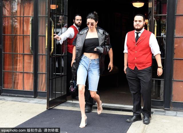 当地时间2017年9月13日,美国纽约,肯达尔·詹娜(Kendall Jenner)穿黑色皮衣外套现身,黑色抹胸搭配男友牛仔短裤潇洒性感。