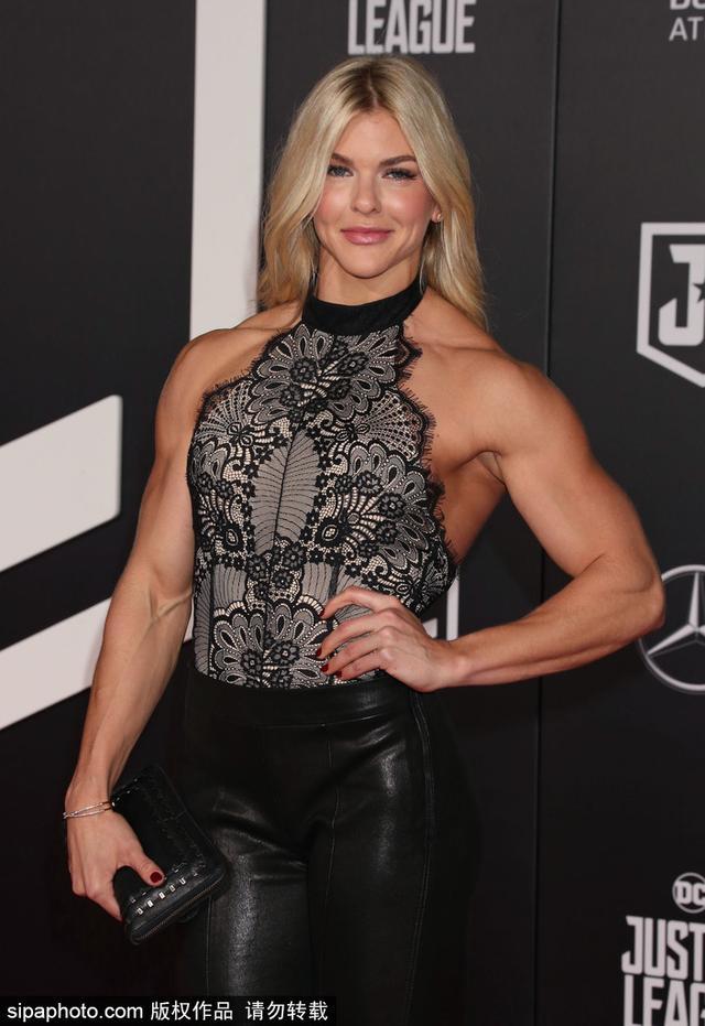 """当地时间2017年11月13日,美国洛杉矶,电影《正义联盟》(Justice League)首映。健身美女Brooke Ence 现身红毯大秀肌肉变""""金刚芭比""""。"""