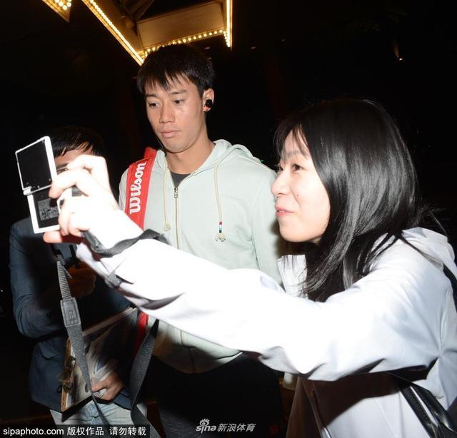 2018年10月11日,上海,2018上海网球大师赛第6日:锦织圭战胜山姆·奎雷伊(Sam Querrey)后,两人前后返回酒店,奎雷伊与友人握手道别结束上海大师赛行程,锦织圭受到球迷欢迎,争相合影。
