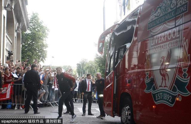 当地时间2018年5月24日,乌克兰基辅,2017/18欧冠决赛前瞻:萨拉赫领衔利物浦球员抵达酒店。
