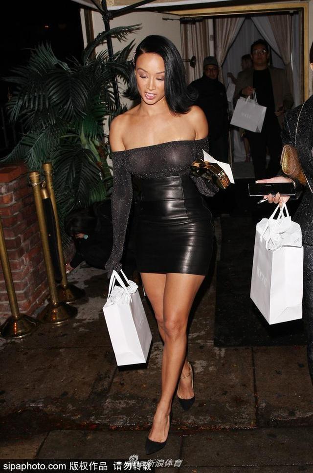 2018年12月5日讯,美国洛杉矶,新晋欧美宅男女神扎娅·米歇尔(Draya Michele)与好友深夜现身街头,穿着包臀裙露香肩大秀性感。