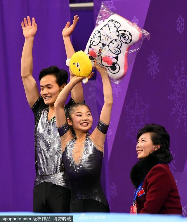 当地时间2018年2月14日,韩国平昌,2018平昌冬奥会花样滑冰:双人滑短节目,朝鲜运动员廉太玉/金柱希出战。