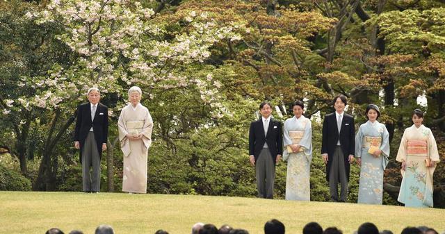 北京时间4月20日,日本皇室每年春天为赏花所举办的春季游园会在东京新宿御苑举行,邀请各界1800人出席,日本奥运选手代表也都获邀参加。
