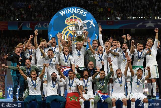 北京市5月27日,皇马3-1战胜利物浦豪取欧冠三连冠,皇马众将领取欧冠奖杯。
