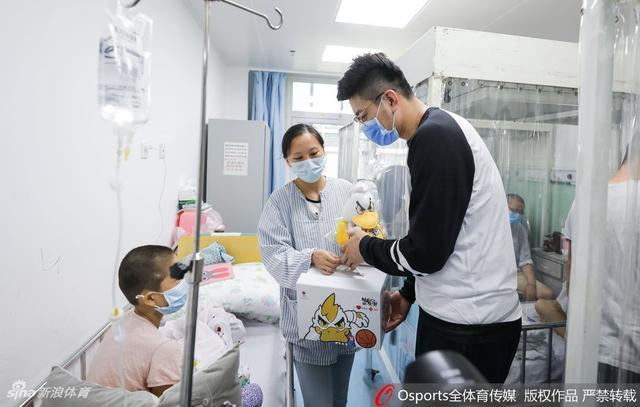 暖心!首钢男篮队员吉喆、段江鹏探望白血病患儿