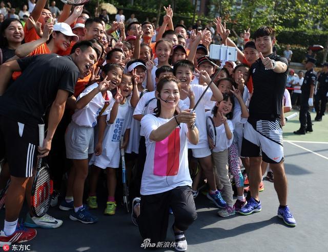 2017年9月13日,湖北武汉,李娜参加武网进社区活动,与球迷合影亲和力十足。