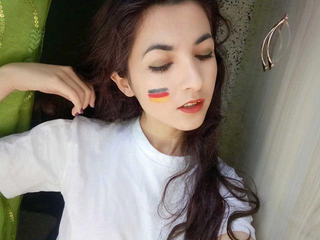 """@厄齐尔的紫霞仙子 是一位出生在新疆的美女球迷,她从小在足球气息强大的环境里长大,每次放学回家,她总能看到几个拿书包和衣服当球门踢球的小男孩。真正让她爱上足球的原因是2010年看厄齐尔的国家队比赛,惊叹他超群的传球艺术,从此便成为""""大眼""""的超级迷妹 。一开始,她也曾经不懂赛规总是被骂伪球迷,但现在她已经可以精准的分析比赛,并且感谢足球让她的生活变得更加精彩。"""