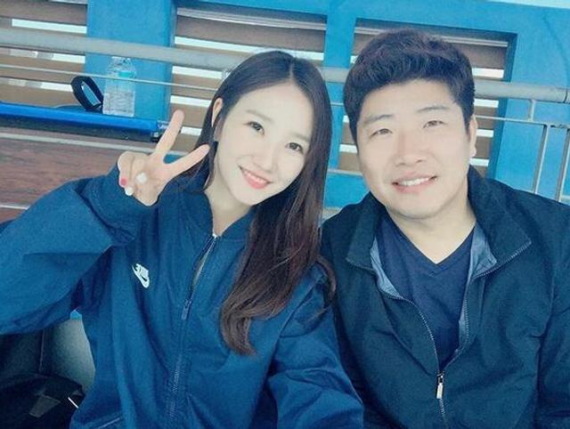 韩国又一美女主持人来袭,和足球主持人张艺媛一样,她也是韩国MBC主持人,主要负责棒球赛事、橄榄球赛事的转播。