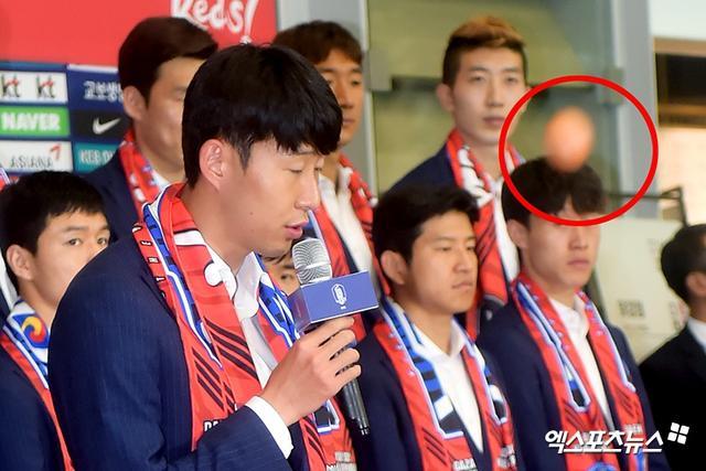 结束了俄罗斯世界杯之旅的韩国队回到了国内,有球迷向他们扔去了鸡蛋。本届世界杯上,韩国队输给了瑞典和墨西哥,已无缘淘汰赛。但他们在小组赛最后一轮战胜卫冕冠军德国队的表现,令人印象深刻。