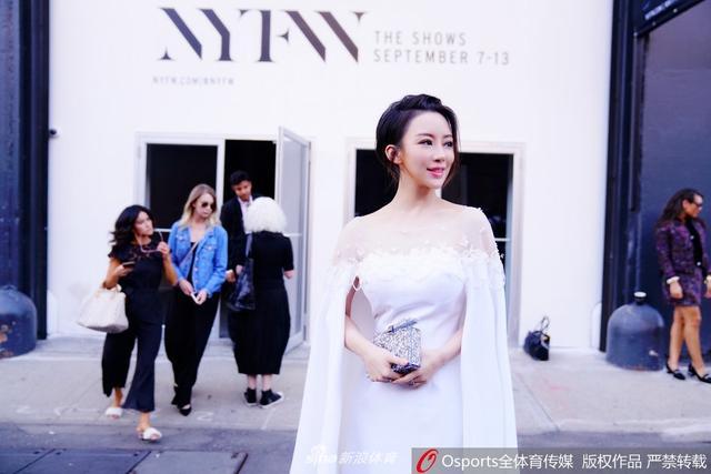 2017年9月13日,潘晓婷持续亮相纽约时装周,一身白衣大秀香肩。