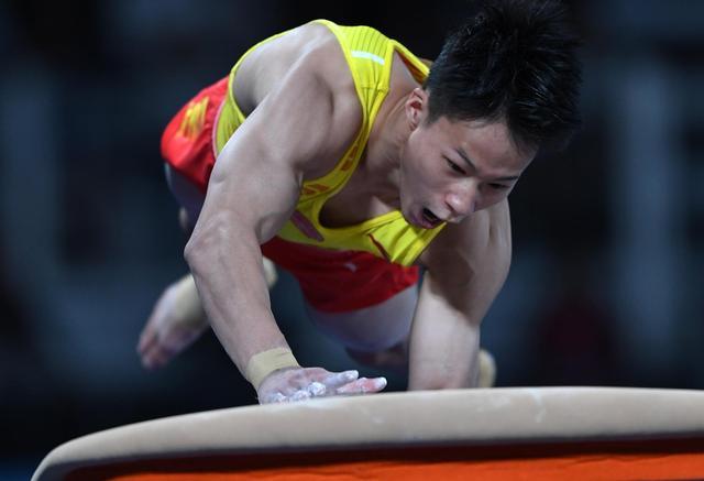 10月11日,在阿根廷布宜诺斯艾利斯举行的第三届夏季青年奥林匹克运动会体操男子个人全能比赛中,中国选手尹德行以79.164分的总成绩名列第七。 新华社记者李俊东摄