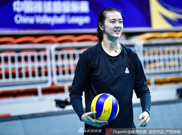 12月6日,2018-2019赛季排超联赛,江苏女排训练备战,队员耐心为球迷送签名。