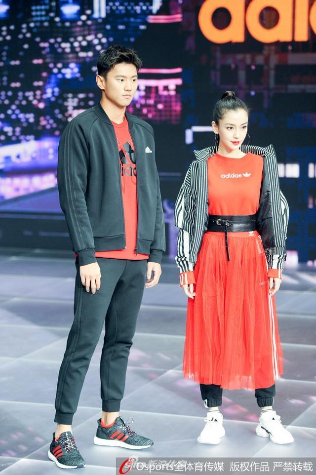 1月11日,宁泽涛、Angelababy(杨颖)出席品牌活动,黑红搭配帅气十足。